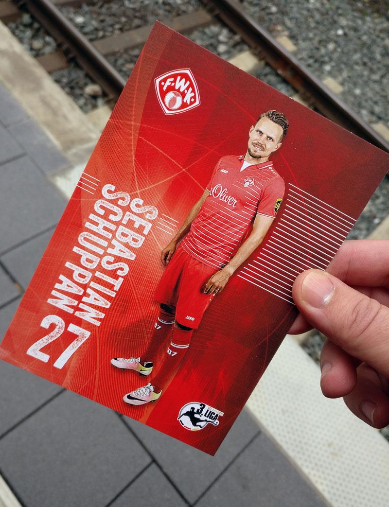 """Haben wir das gemeinsame Bild mit Sebastian Schuppan vergessen oder fanden wir """"Nicht unterschriebene Autogrammkarte vor Gleis 22 am Würzburger Hauptbahnhof"""" einfach besser? Rasenfunk Supportern verraten wir es vielleicht."""