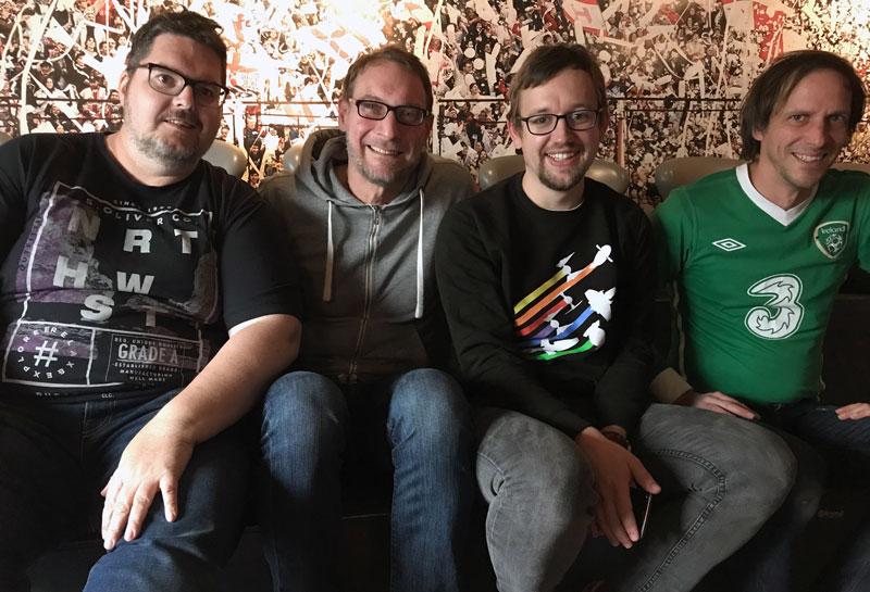 Gruppenbild auf der Tribüne: Frank, Michl, Max und Holle (v.l.n.r.).
