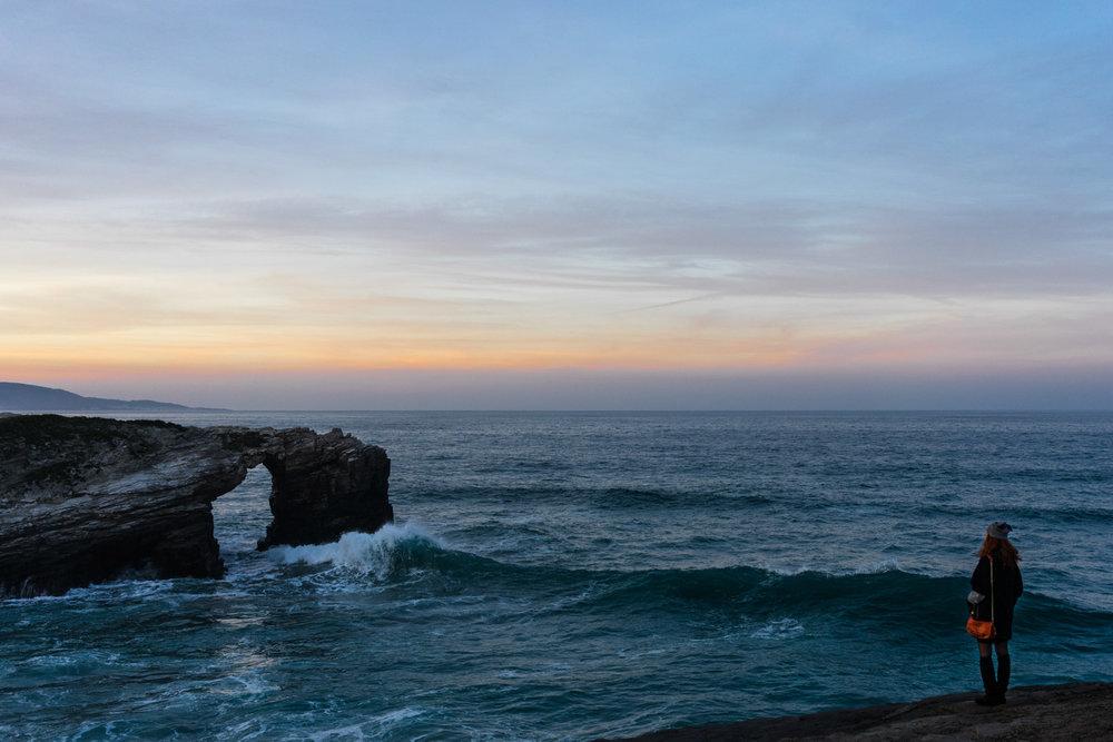 playa de las catedrales marea alta atardecer
