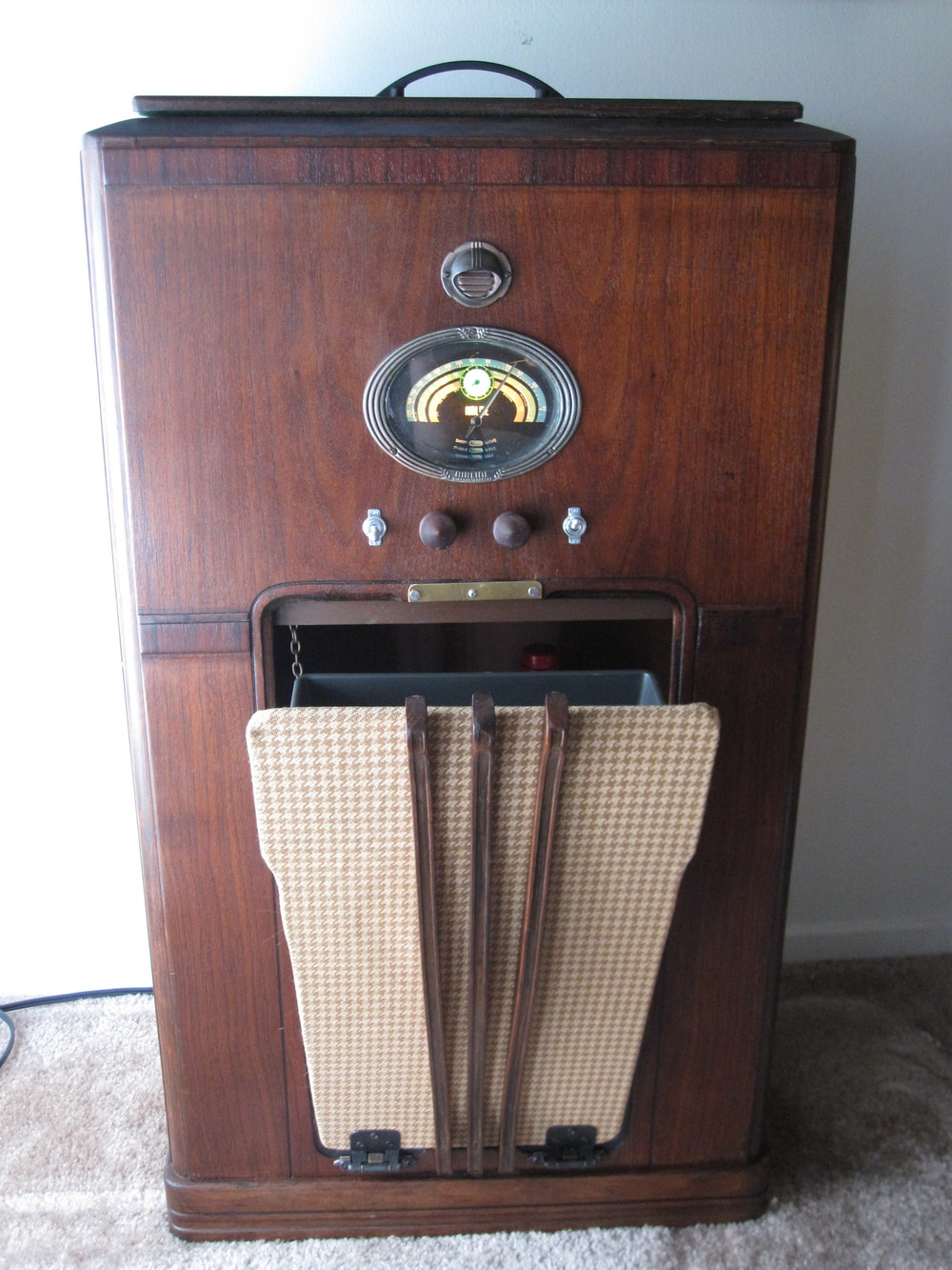 COCTAIL STEREO CABINET IMAGE 05.JPG