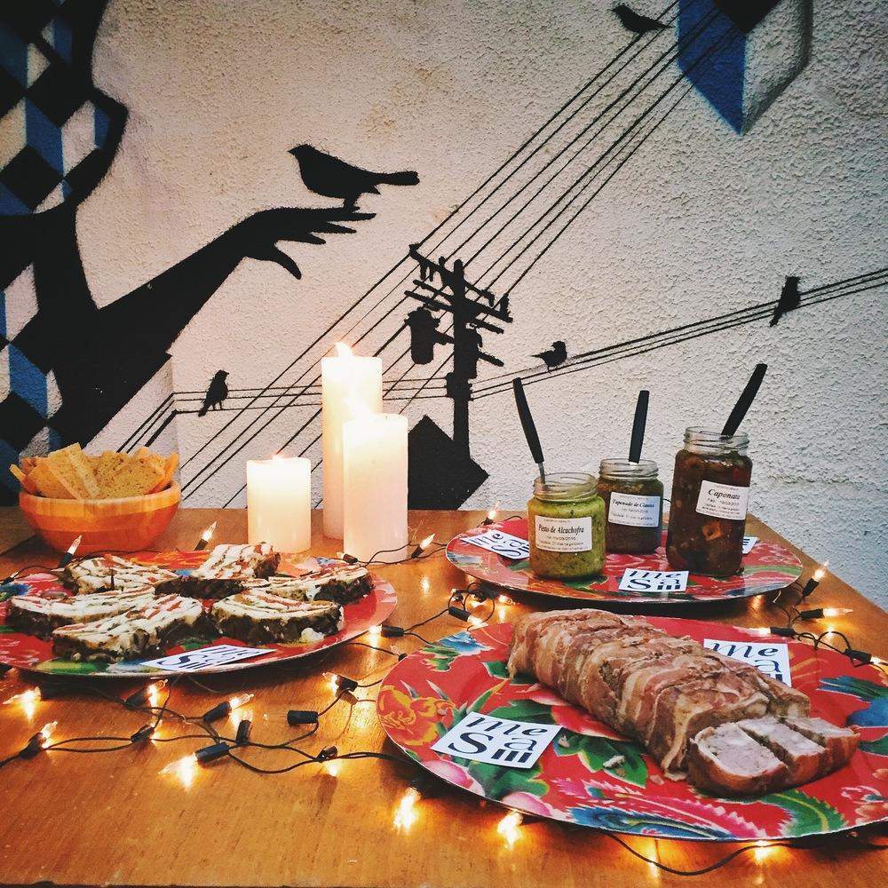 Terrines de legumes com queijo de cabra e de lombo, já cortadas para facilitar a vida dos convidados, além de pesto de alcachofra, tapenade de azeitona e caponata de berinjela para comer com pão:pedidas certeiras da  Mesa III , nossa rotisseria favorita!