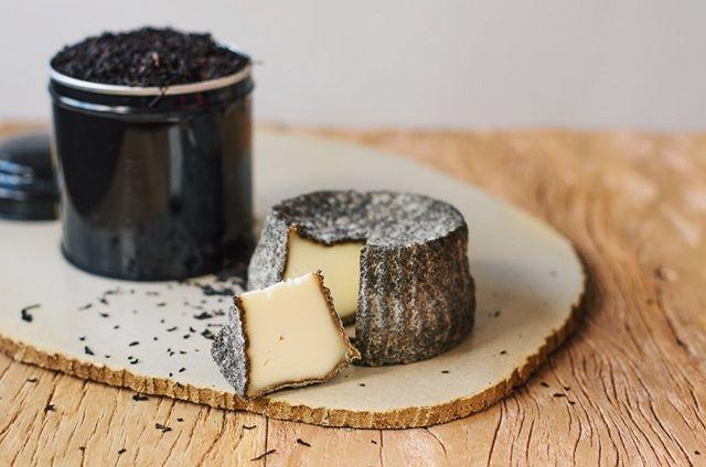 """A @fazenda_santa_helena lançou mais um queijo da série """"Sabores do Vale do Ribeira"""": o Torazo, queijo de búfala maturado com chá preto, que já foi muito cultivado na região. O nome da receita é uma homenagem ao imigrante responsável por trazer do Japão as primeiras sementes da planta 🍃"""