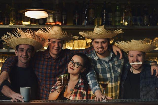 No domingo (22), a partir das 13h, tem festa julina para comemorar o aniversário de dois anos do @guaritabar! A dupla @jeanponce7 e @greigorcaisley convidou chefs e bartenders amigos da casa para criar receitas especiais para o dia. Vai ter Quentão gelado do mixologista @marcodelaroche, Vinho quente da dupla @alexsmiranda @fortilelo, Sanduíche de copa lombo do @andremifano, Pipoca com torresmo do @rodrigomocoto, Sanduba de pernil do @henrique_fogaca74 e uma pizza de mussarela, milho e coentro! 🍿🍕🌽
