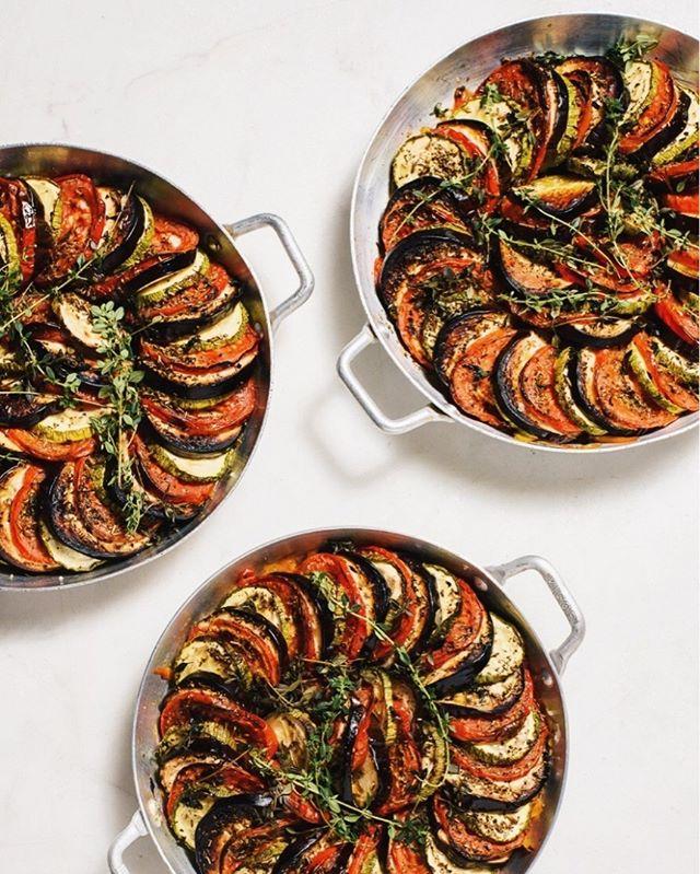 Assadeira Niçoise da @mesa3_rotisseria: abobrinha, berinjela, pimentão e tomate. Especial para o cardápio de Dia dos Pais, pode ser acompanhamento ou prato principal e agrada vegetarianos e carnívoros 🍆🍅