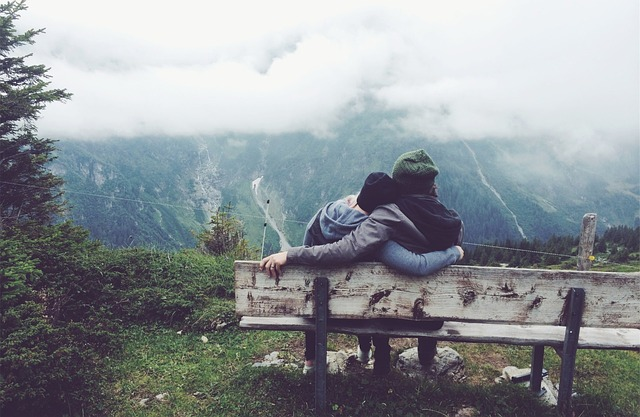couple-in-mountains