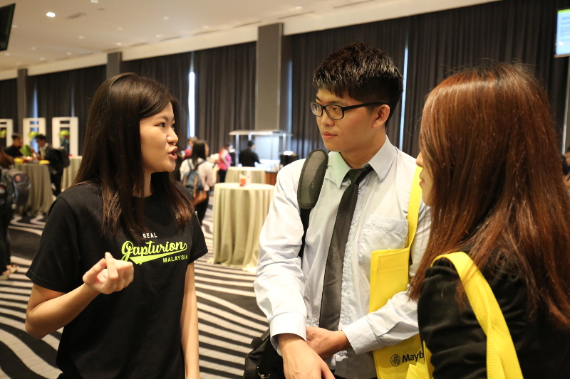 Gapturion Lee Yee speaking to interested students about Gapture Malaysia