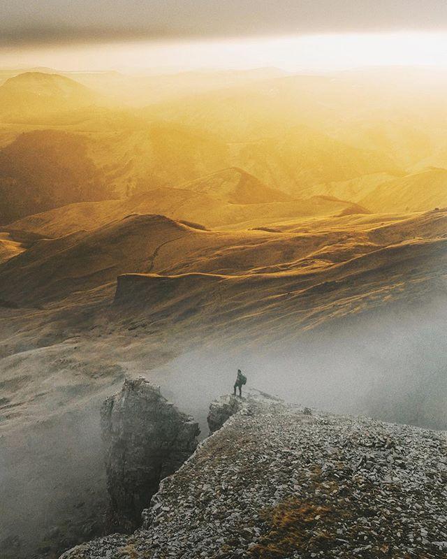 На мысе Бермамыт я встретил один из самых необыкновенные закатов в своей жизни. Мы только подъезжали к скалистому хребту, как я увидел эти облака. Ветер сильным дыханием толкал их к самой вершине плато. Когда я вскарабкался на утёс, мне открылась невероятная картина... Туман, словно клубни густого дыма, медленно спускался с обрыва и заполнял ущелье. И тут лучи солнца пробрались сквозь тяжёлое пасмурное небо. Они спугнули тени, покрывшие все вокруг. Будто бы специально для меня - единственного зрителя - солнечные лучи раскрыли кулисы и показали плато Бермамыт во всех красках 🌄