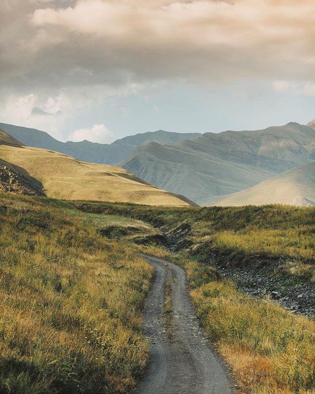 Я посмотрел на Дагестан совсем по-другому, когда @photo_shapiev показал нам такие места! Я даже и подумать не мог, что мы увидим в этих краях удивительные пейзажи и такие краски 🌄 ⠀⠀ Мы отправились с Магомедом к селу Шиназ, что на отшибе Южного Дагестана. Из туристов сюда редко, кто добирается. Здесь, в древнейшем селе Дагестана, на высоте 1750 метров живет чуть больше 1000 человек. Высокие горы окружают посёлок и создают очень уединённую и уютную атмосферу. ⠀⠀ Ночью мы заночевали в палатках над посёлком под звёздным небом, хотя местные ребята настаивали, чтобы мы остались в доме на ночлег! Гостеприимство тут настолько искреннее, что ты волей не волей становишься другом семьи уже после первой чашки чая! #Дагесландия