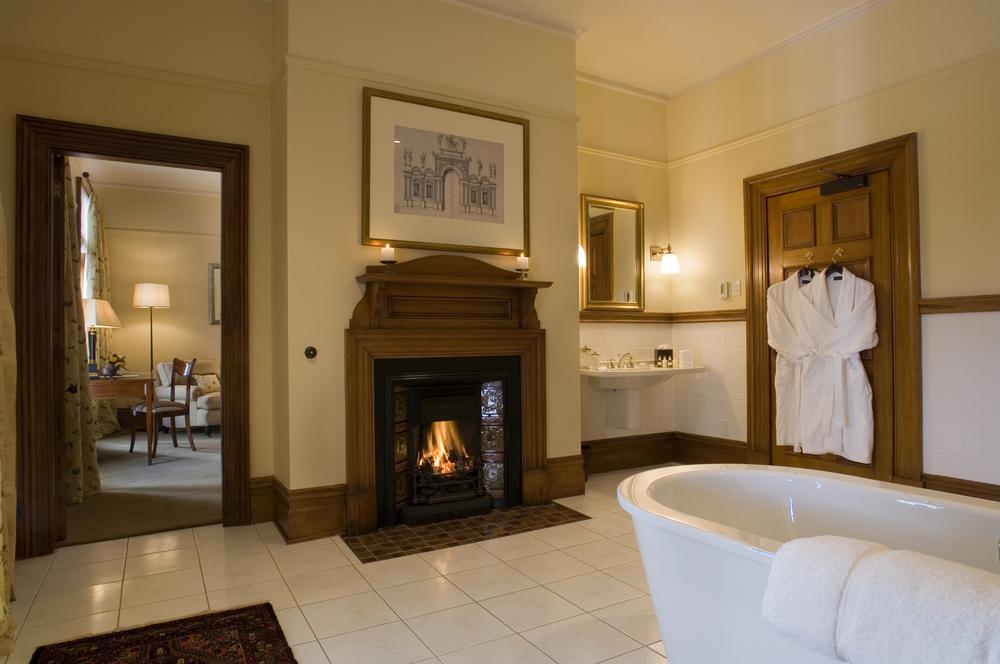 verandah_suite_bathroom_lo.jpg