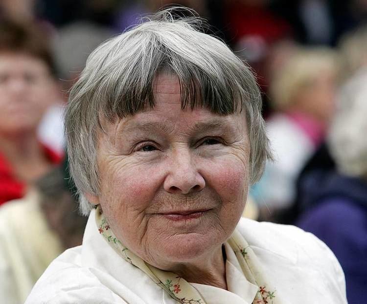 Hedra Lisbeth - Vår hedersordförande Lisbeth Palme har gått bort. Vi är tacksamma för vår tid tillsammans med Lisbeth och för hennes engagemang för vår gemensamma tro på att flickors utbildning är en väg till en bättre värld.Du kan hedra Lisbeths minne med en gåva till flickorna i Barbroskolan genom JOHAfondens konto PG 90 06 07-3.