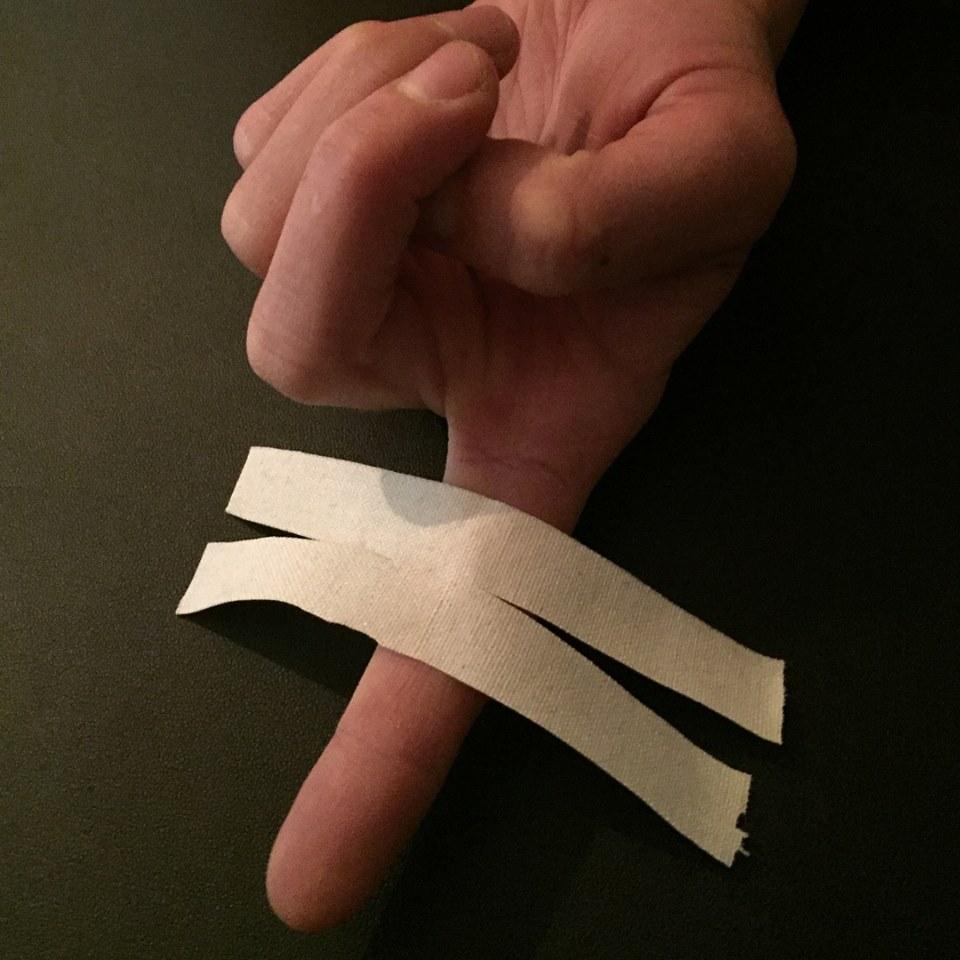 Step 1: use 10 cm x 1.5 cm tape strip (approximately). Cut the tape in half longitudinally, leaving a 1 cm bridge in the center.