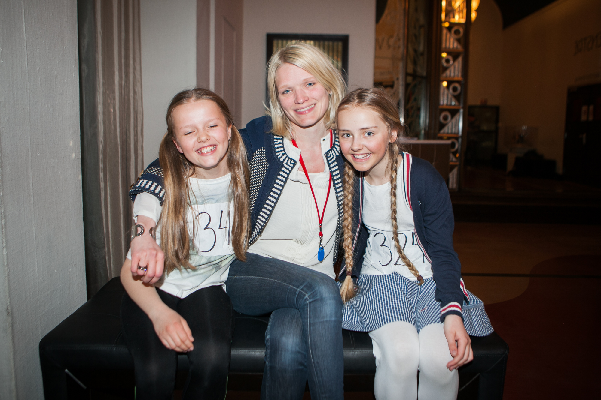 Tre som ståler av glede - produsent Karianne Jæger er svært fornøyd med å ha funnet sine to Annier. Nora Helen Bratfos og Mathea-Mari Glittenberg