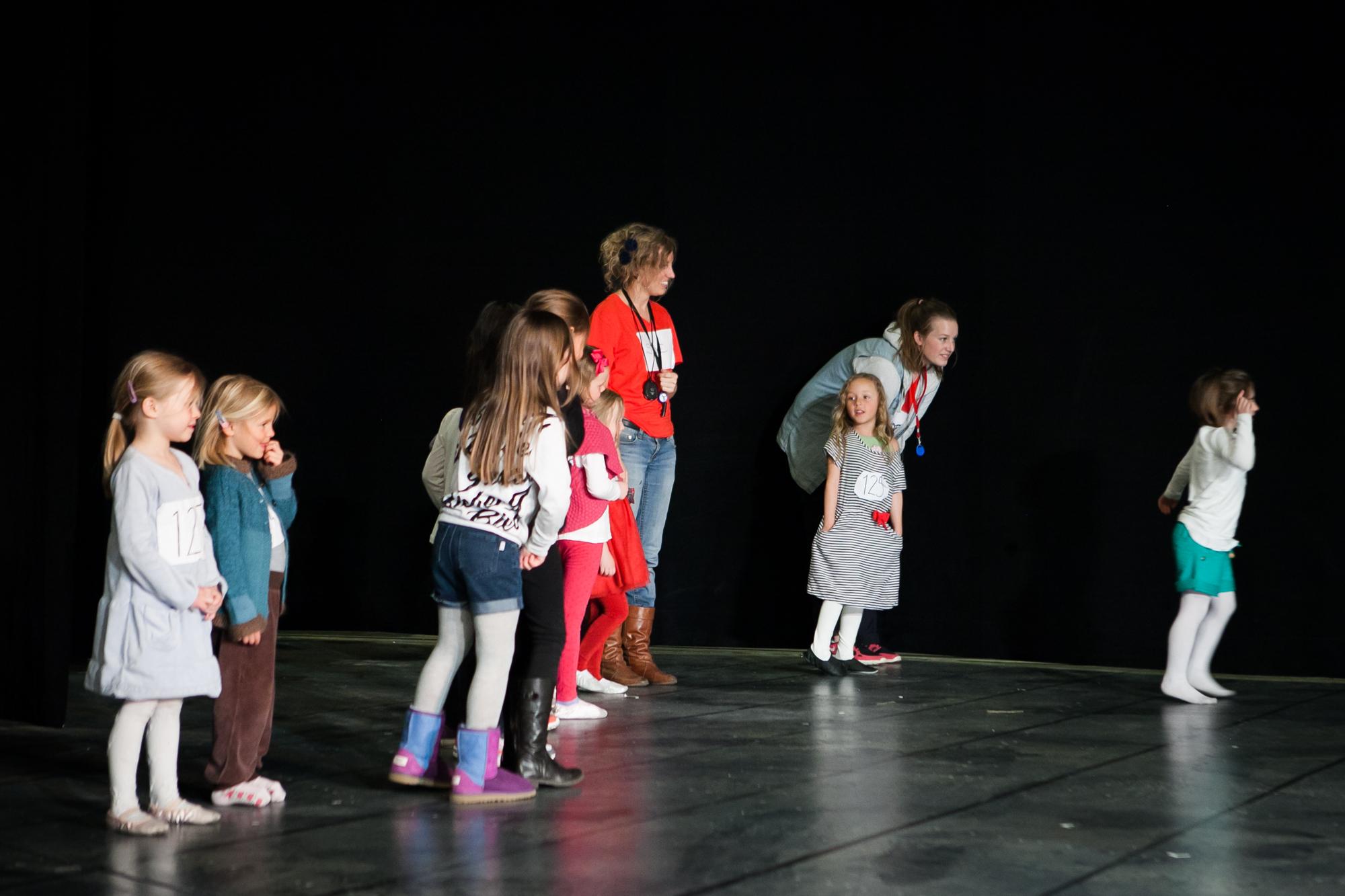 Jenter helt ned i 5-års alderen er på audition til Annie. De aller minste prøvespiller til rollen som Molly