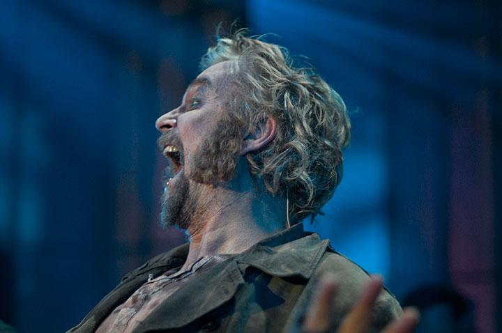 Dennis Storhøi briljerer som Alfred Doolittle i My Fair Lady på Folketeateret i Oslo
