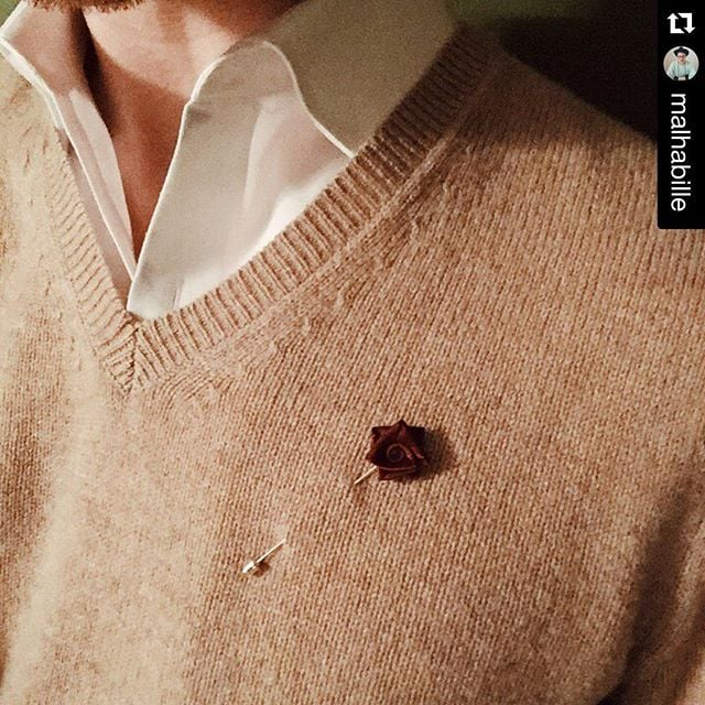 A little detail can make such a big difference. Thanks @malhabille #mensfashion #gq #rose #beauhawkshop