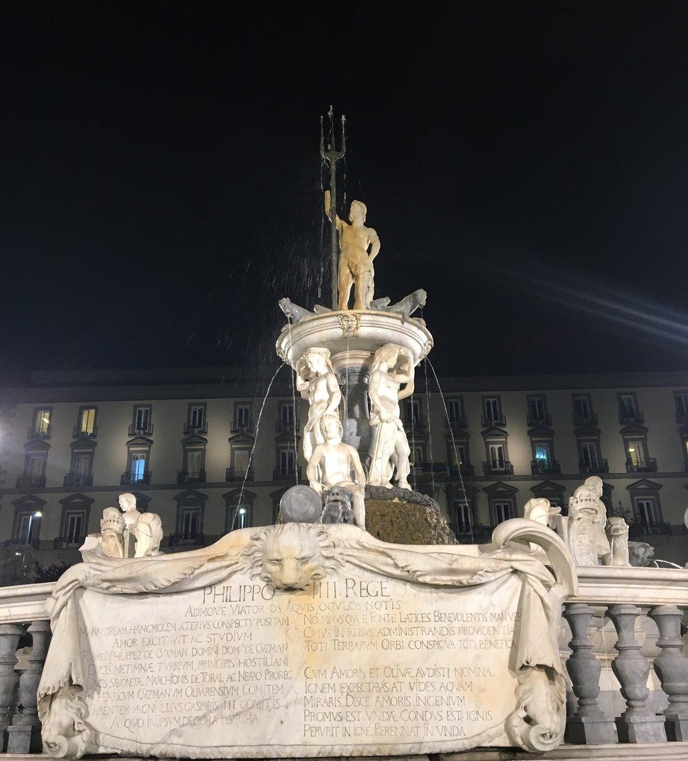 Piazza Municipio, Fontana del Nettuno