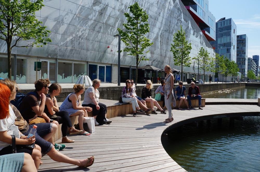 Øerne i Ørestad City. Gruppe på tur med Experience Ørestad. Foto: Søren Vestermark