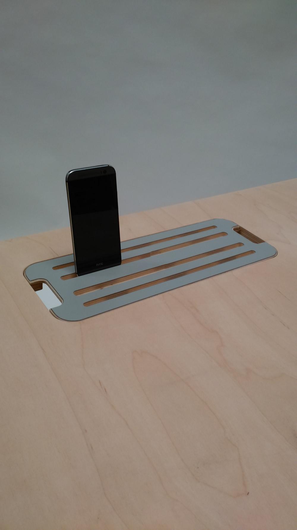 Tapa con ranuras para telefono y pad y salidas laterales para cables