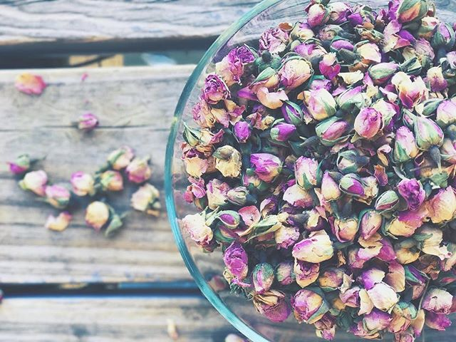 Pretty pretty princess! These gorgeous little buds end up in lots of my bath products! Chock full of vitamins and antioxidants rose petals are great for brightening the skin, reducing inflammation, and evening skin tone. 🌹