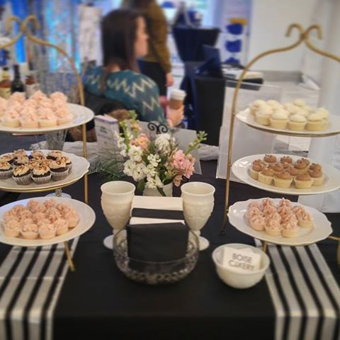 boise_cakeryIf you feed them Boise Cakery cupcakes, they will come😉. #boisecustomcupcakes #bestboisecake#boise_cakery #vintageweddingcake#vintageglamour