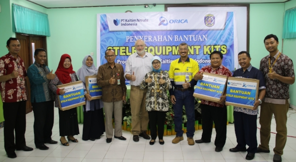 Peter with Bontang teachers and officials from both Orica and the South East Asian Ministers of Education Organisation (SEAMEO).