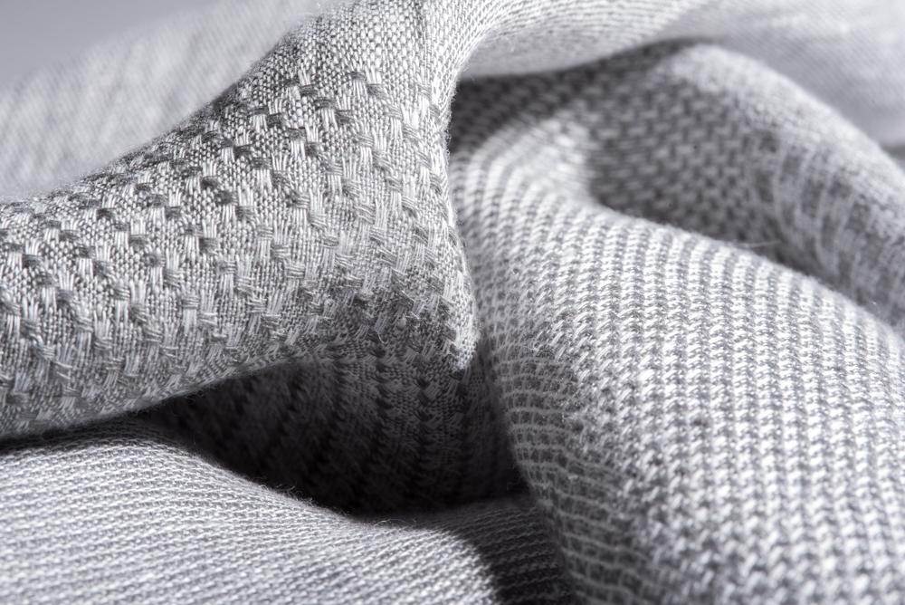 Matières nobles - Nous avons sélectionné des matières naturelles de premier choix : cachemire, laine vierge, lin naturel ou encore coton égyptien de Giza. Nous travaillons avec les meilleurs filateurs italiens, tels que Loro Piana ou Vitale Barberis Canonico. Et nous allons là où se trouvent les savoir-faires : à Biella pour la laine, à Côme pour la soie, en Toscane pour le cuir.