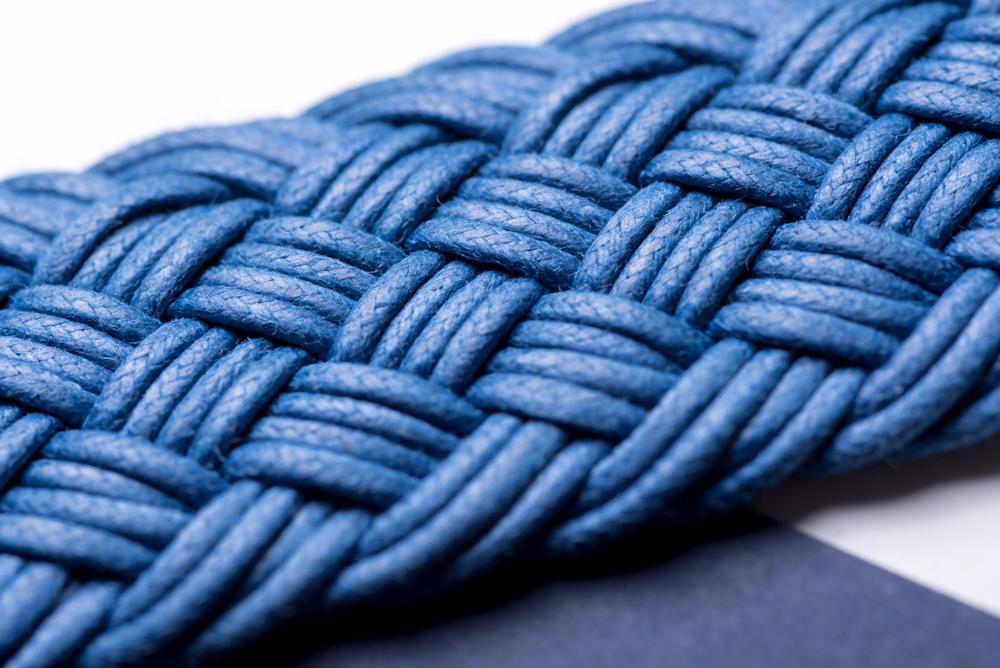 La tresse en coton ciré - Il s'agit ici d'une pièce extrêmement technique, puisque chaque ceinture est composée de dizaines de fils de coton cirés, torsadés et tissés les uns avec les autres. Notre atelier est un des seuls à maitriser ce savoir-faire d'exception.Notre atelier