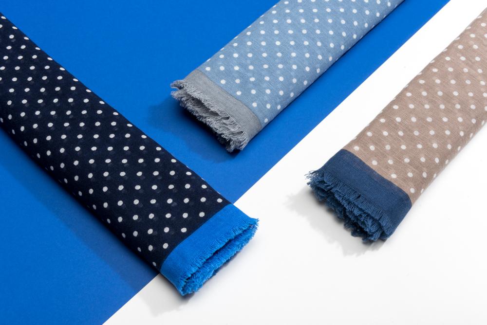 Le chic estival - Ce magnifique modèle - avec ses discrets motifs à pois et bordures contrastantes- apportera une touche d'originalité à vos tenues casual ou plus classiques. Nous avons ici choisi un blend 50% coton et 50% lin, parfait pour l'été.La collectionNotre atelier