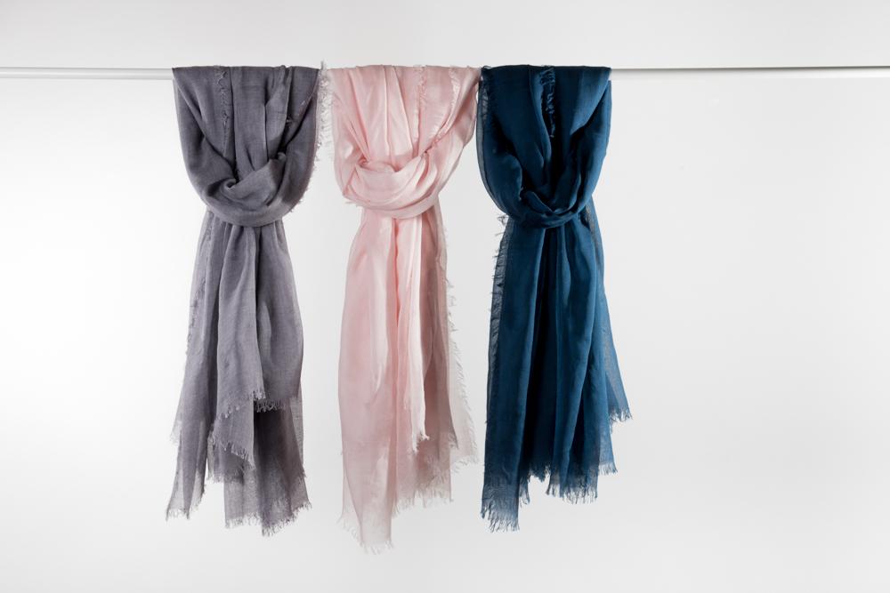 Une douceur hors norme - Avec notre atelier de Biella, nous avons travaillé une étole en cachemire et modale oversize, déclinée en 3 coloris. Cette écharpe - caractérisée par son volume, sa légèreté et sa douceur - apportera un peu de structure à vos tenues.La collectionNotre atelier