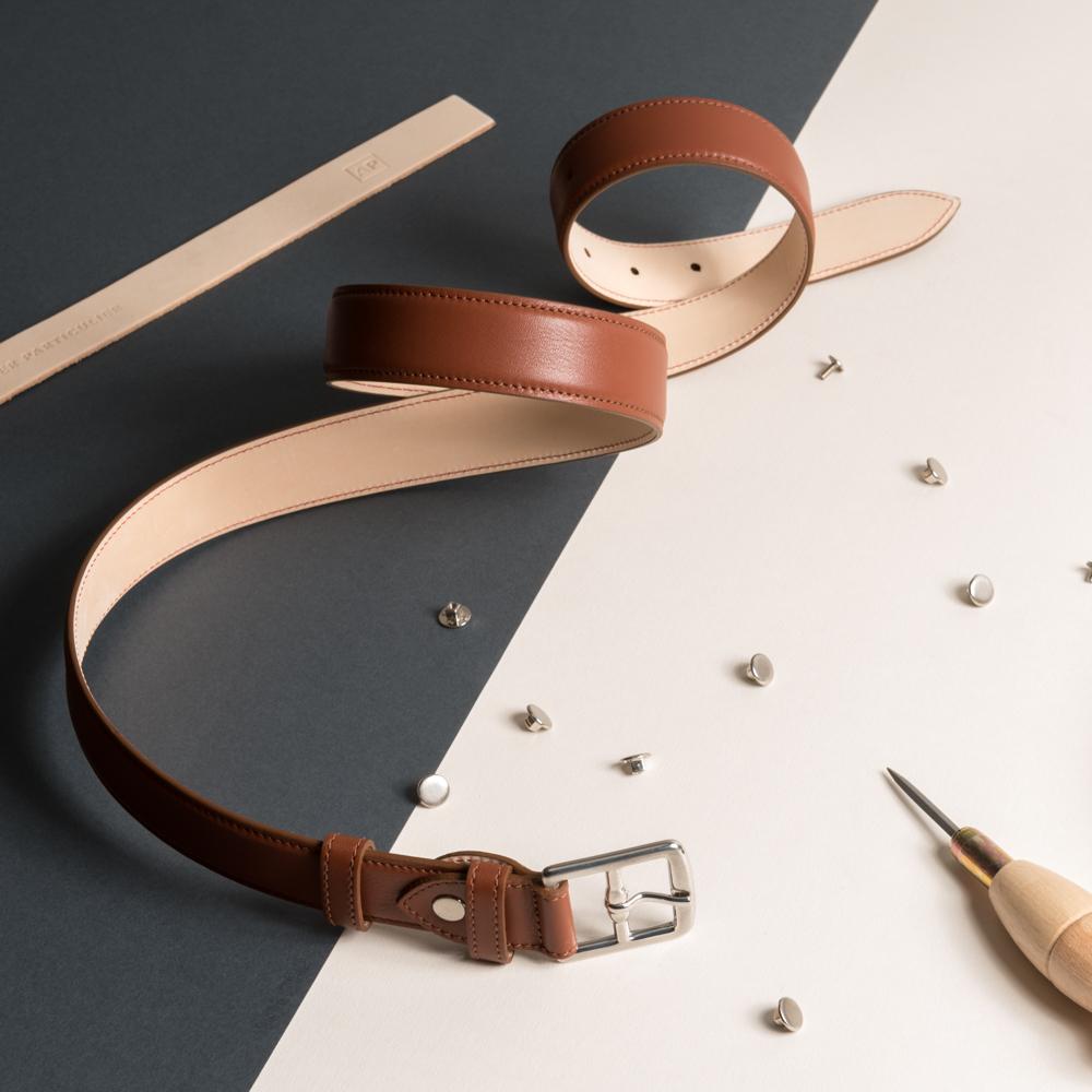 Haute Confection - Plus de 15 étapes - entièrement manuelles - sont nécessaires à la fabrication de notre ceinture. Réalisée à Limoges par une