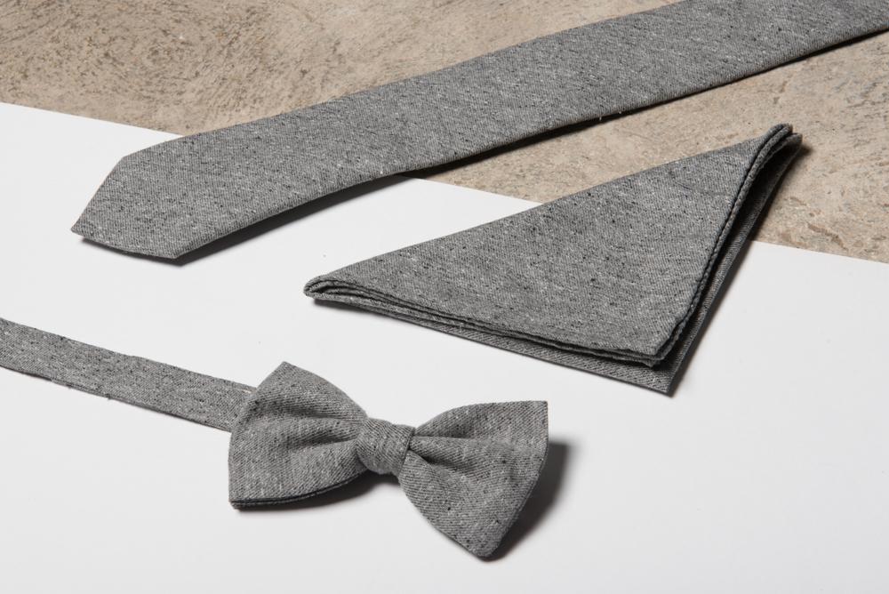 Tout en relief - Pour cette gamme, nous avons sélectionné un blend soie / coton magnifiquement texturé. Sur une base unie, ces incrustations discrètes apporteront le twist parfait pour une tenue formelle ou plus casual.Découvrez nos cravatesNotre atelier