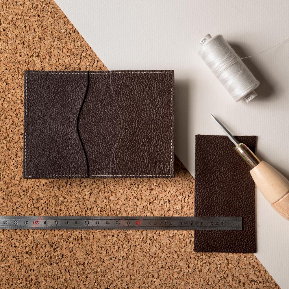 Made in Limoges - Nos porte-cartes sont confectionnés à la main à Limoges, par un atelier
