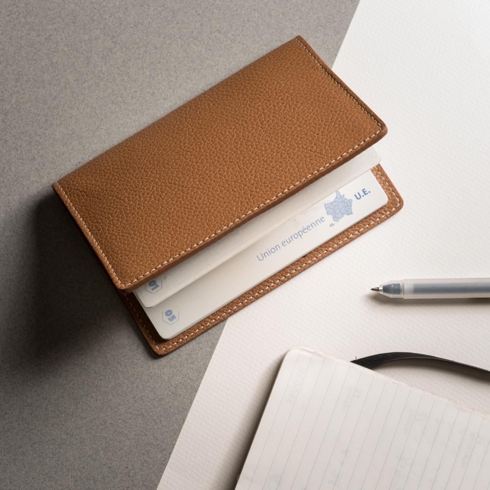 Made in Limoges - Notre porte-passeport est confectionnéà la main à Limoges, par un atelier