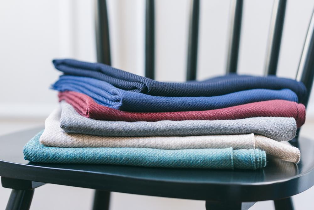 Notre écharpe essentielle - Cette écharpe est 100% laine vierge (plus haut-de-gamme, plus douce que la laine classique). Le fil de laine provient de la célèbre filature Zegna Baruffa avant d'être tissé dans notre atelier de Biella. Nous avons même amélioré le modèle historique en suivant vos retours, avec un renfort aux bords, pour une durabilité encore améliorée.