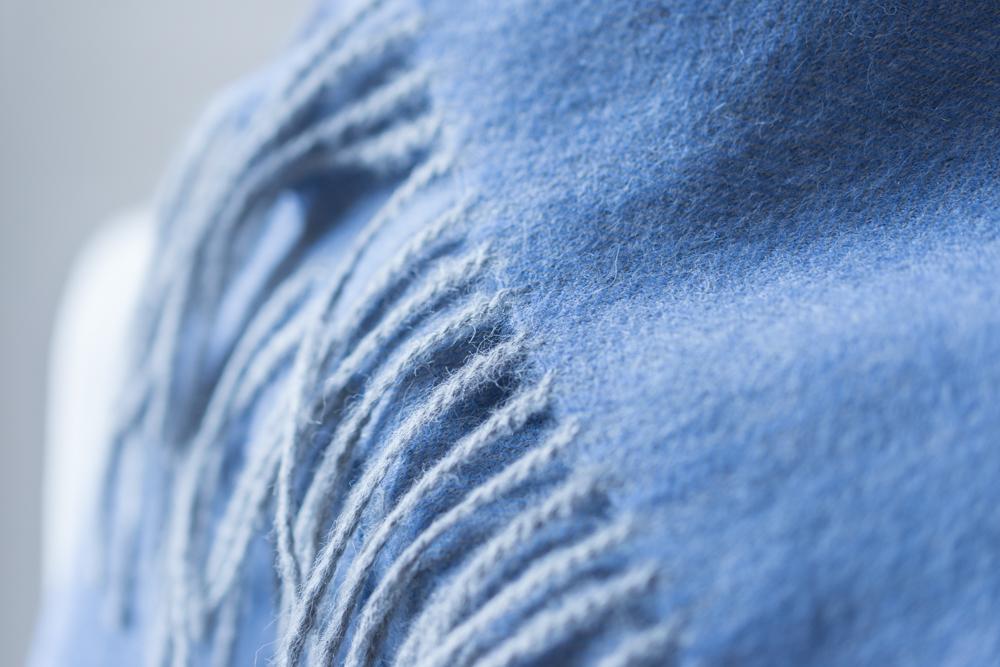 Des propriétés exceptionnelles - Le baby alpaga est la laine d'alpaga la plus rare, la plus fine et la plus luxueuse. Attention, elle ne provient pas de bébés animaux mais d'animaux adultes, de 1 à 2 ans d'âge, qui offrent leur laine pour la 1ère fois. A la 1ère tonte, la laine d'alpaga atteint l'apogée de sa qualité.Sur tous les critères, le baby alpaga est une fibre aux propriétés exceptionnelles: 7 fois plus chaude que la laine classique, douce et soyeuse, légère et respirante, durable, bouloche peu, naturellement hypoallergénique, résistante à l'eau et à la poussière.
