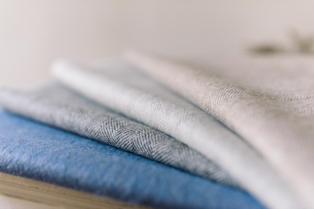 Un design intemporel, pour elle et lui - Tout d'abord, nous avons choisi de vous proposer cette écharpe dans une belle largeur de 45 cm. De quoi vous apporter chaleur et douceur tout cet hiver et ceux à venir.Nous avons sélectionné 4 couleurs essentielles aux tons pastels, pour elle comme pour lui: bleu ciel, crème, beige et gris. Pour apporter un twist intéressant et du volume à la pièce, nous avons opté pour de mini-chevrons très discrets.