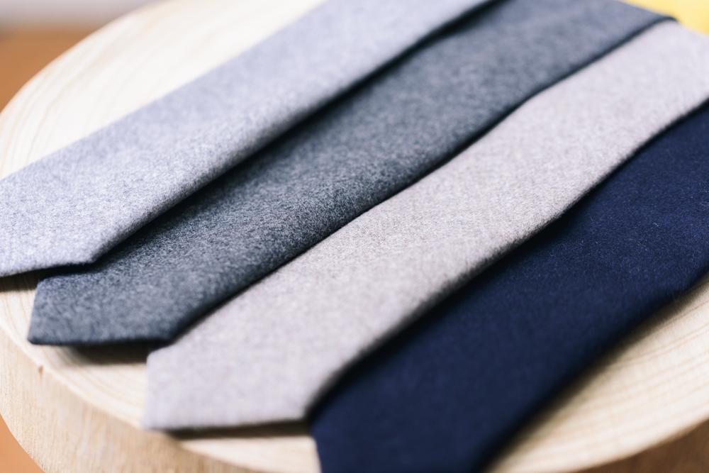 Une flanelle de prestige - Pour la confection de nos cravates en laine, nous sommes allés chercher une magnifique flanelle 100% laine de chez Vitale Barberis Canonico, la plus ancienne filatura italienne, créée en 1663. Cette flanelle lourde - 320g - leur assure une durabilité et une main incomparables.Les cravatesNotre atelier