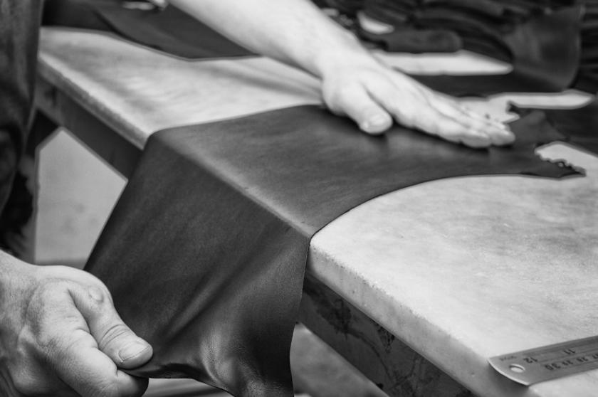Fatto a Napoli - Naples est le berceau de la ganterie en Italie. Notre atelier familial a plus de 50 ans d'expériencedans la confection de gants. Il travaille déjà avec plusieurs Maisons de renom dont une célèbre griffe britannique aux rayures colorées ;-)Une douzaine d'étapes - intégralement réalisées à la main- sont nécessaires à la réalisation d'une paire de gants traditionnels.Le caractère artisanal de cette ganterie engendre une contrainte : nos quantités sont très limitées. On souhaitait en commander plus cette année, mais l'atelier n'a pas pu suivre...