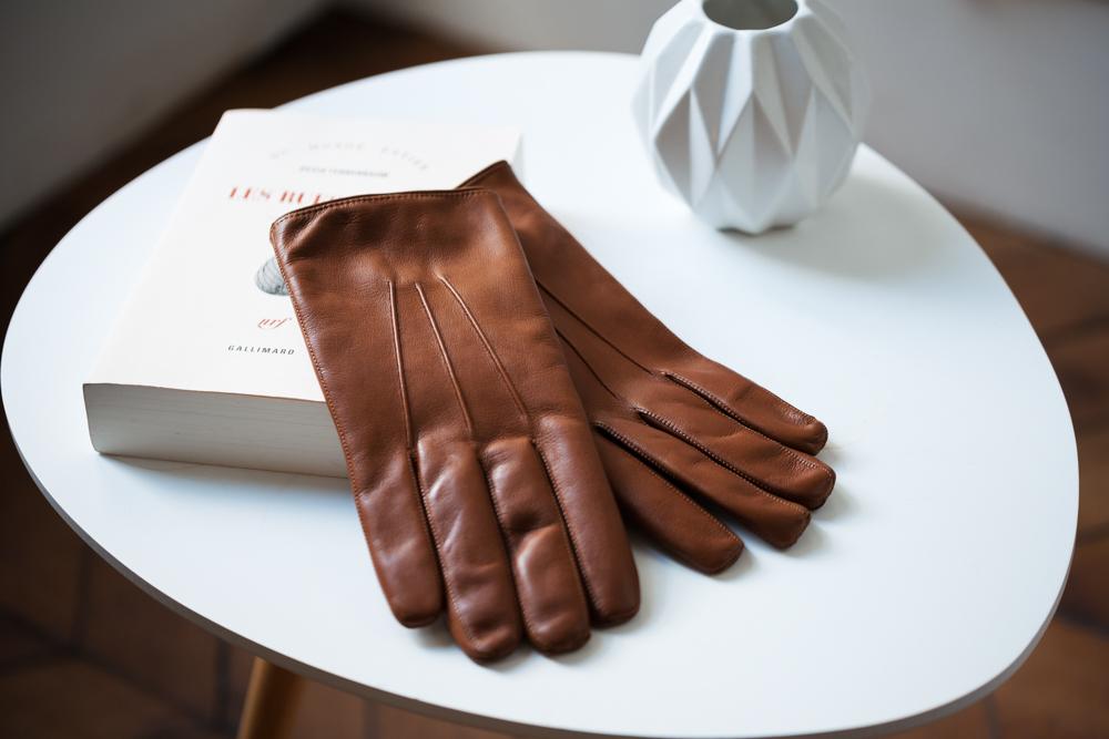 Cuir d'agneau plongé & doublure cachemire - Pour créer la paire de gants idéale, nous avons choisi un cuir pleine fleur d'agneau plongé. Il s'agit d'un cuir souple, au toucher incomparable. Il se patinera doucement dans le temps. La doublure 100% cachemirevous apportera chaleur et douceur tout l'hiver.
