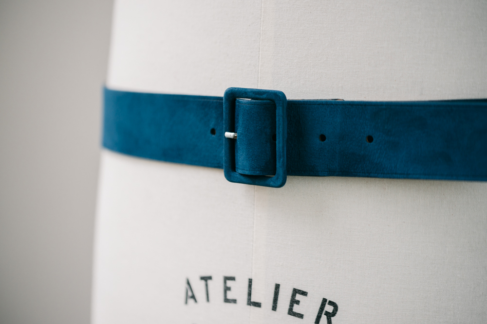 Une confection 100% française - Pour cette pièce, nous avons fait une infidélité à Limoges - où nous confectionnons notamment nos ceintures classiques en cuir - pour la région du Val de Loire. Là-bas, nous avons poussé les portes d'un atelier dont la tradition remonte à… 1858! Toutes les étapes de la confection y sont encore réalisées à la main.
