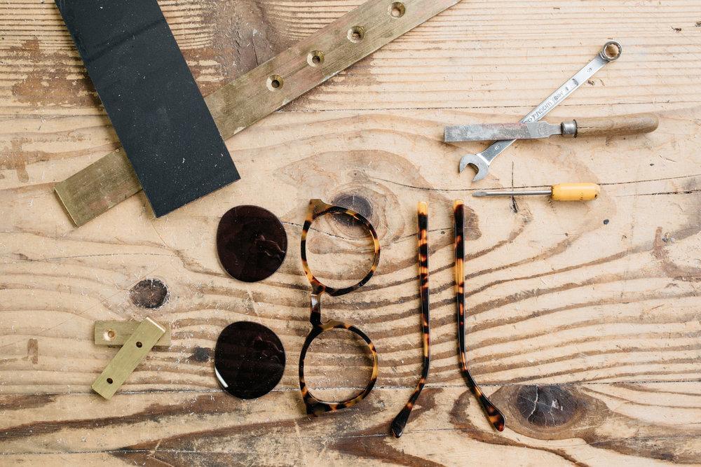 Nos solaires de Haute Confection - Pas moins de 65 étapes manuellescontribuent à la confection de nos lunettes solaires, du façonnage au montage en passant par le polissage et la gravure.Ces étapes façonnent l'acétate, matière phare de la lunetterie issue du bois.Les gestes sûrs de nos artisans et le grain de nos acétates donnent naissance à des pièces uniques.