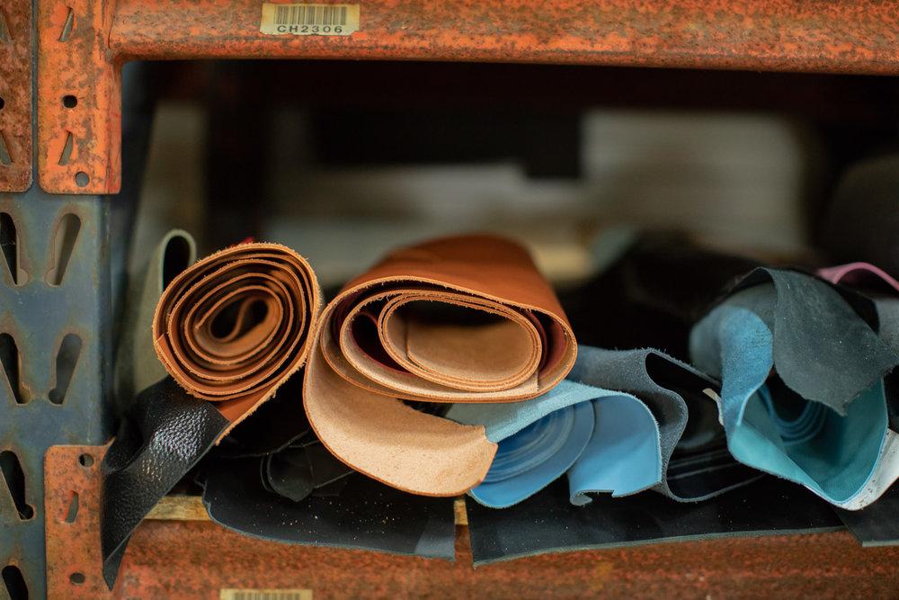 Un cuir de veau des Tanneries Du Puy - A la base d'une pièce de Haute Confection, on trouve un cuir d'exception. Pour dénicher le meilleur cuir, nous nous sommes naturellement tournés vers les Tanneries Du Puy, que l'on ne présente plus.Nous utilisons ici un cuir de veau pleine fleur et 100% Origine France, aussi bien par sa provenance que par son tannage. Il bénéficie d'une finition