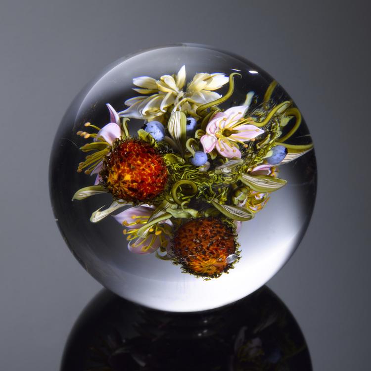 Стеклянный шар с насекомыми и цветами. Произведение современного искусства. Вдохновение. Мастерское выдувание стекла.
