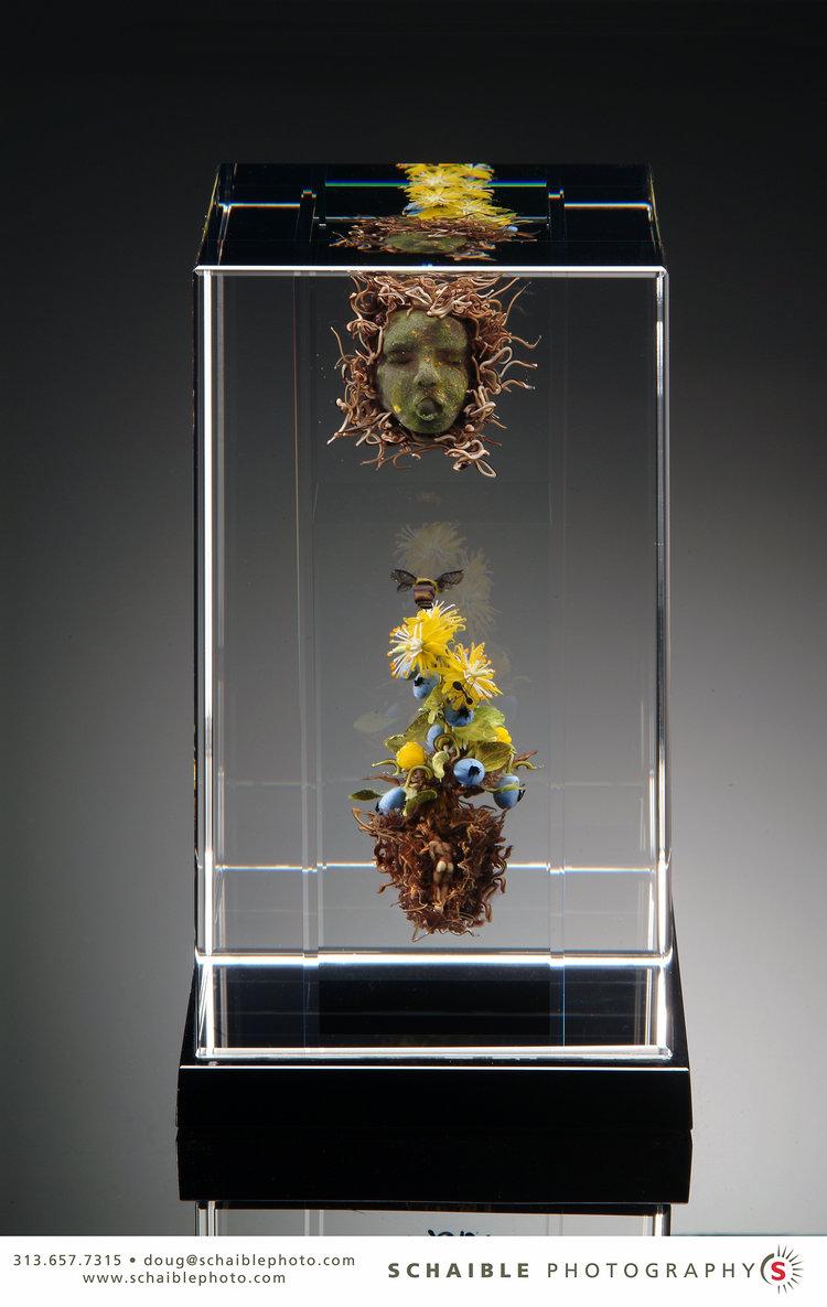 2004;  Colonne: Honeybee, fleurs jaunes et myrtilles avec masques et figures;  H. 8,5 x L. 5,0 x W. 5,0 pouces