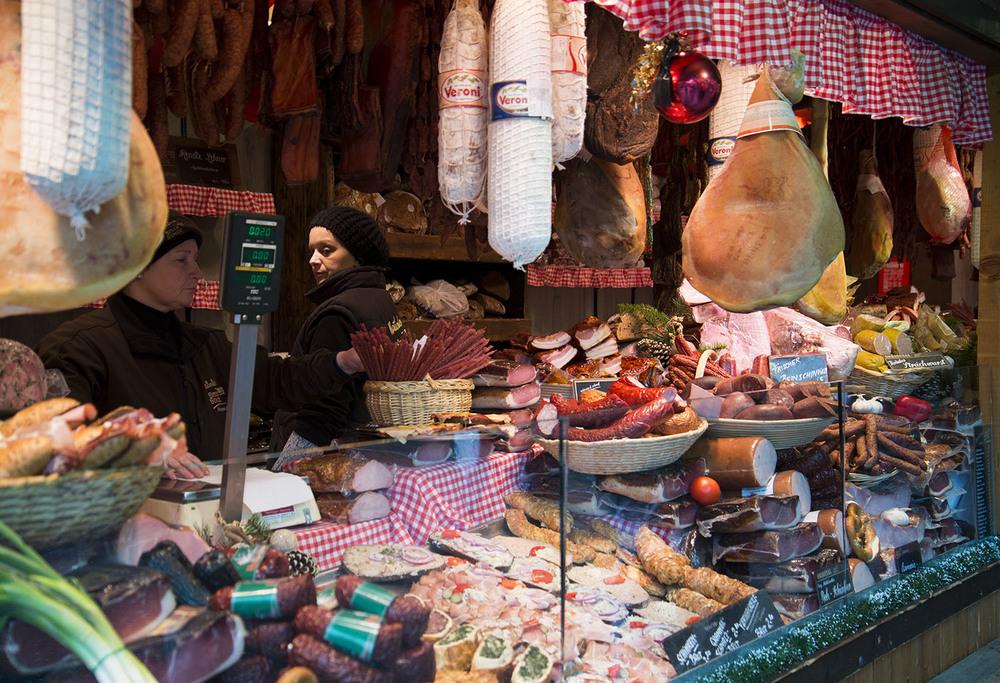 Cured meat vendor, Weinachtsmarkt, Rathausplatz, Vienna