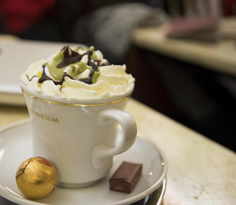 Heiße shokolade mit pistazie