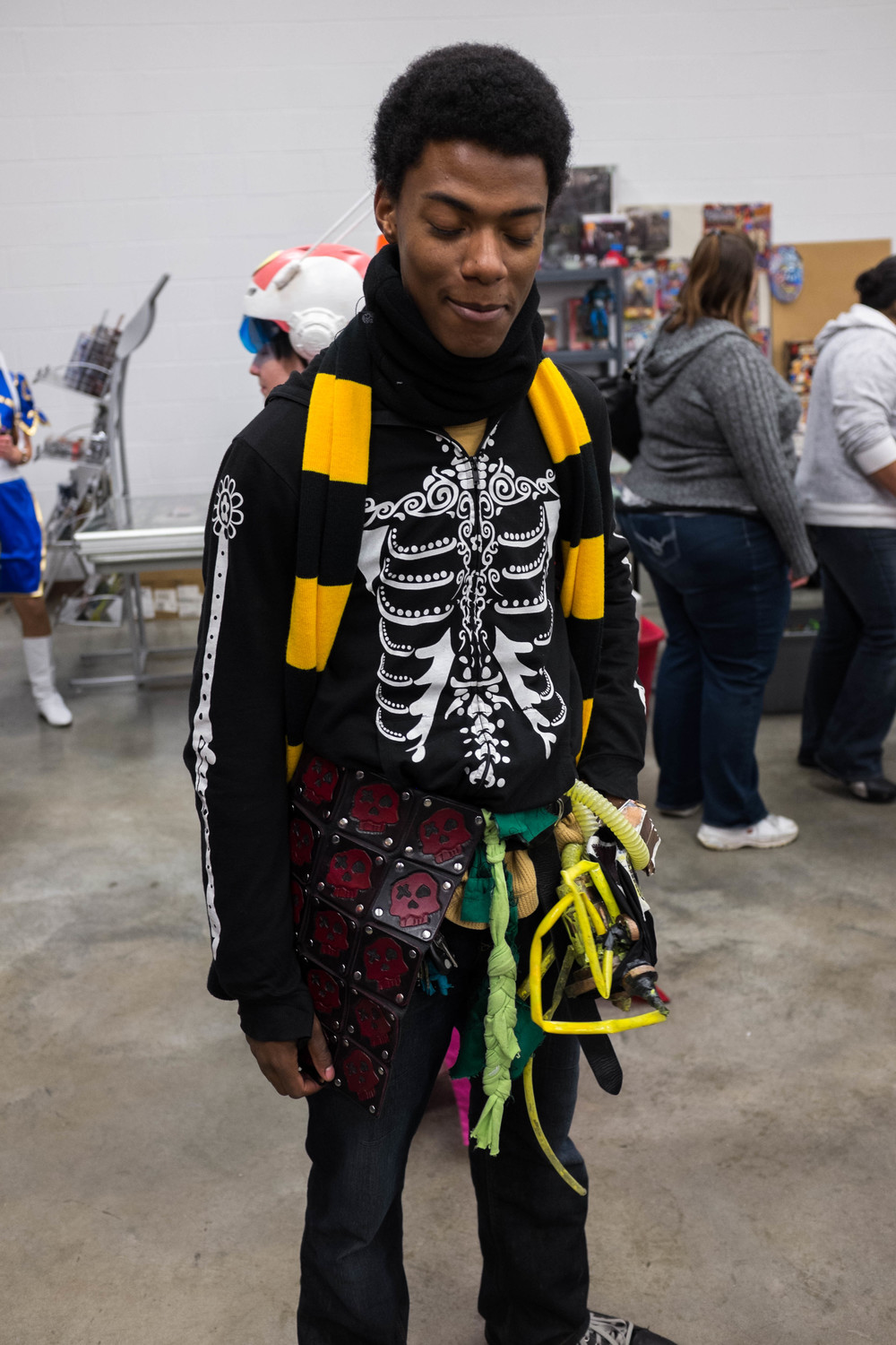 I saw this guy and had to take a pic of him. I ask him about his costume and he said he put it together and he even made the skull half kilt he was wearing. I had to get a close up picture of it below.