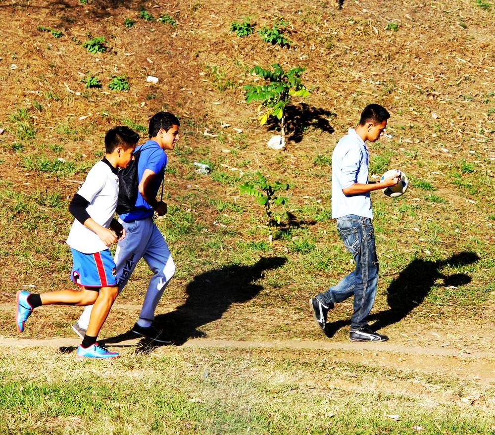 Jóvenes activos en arriate central de San Cristóbal. Foto: Rudy Herrera