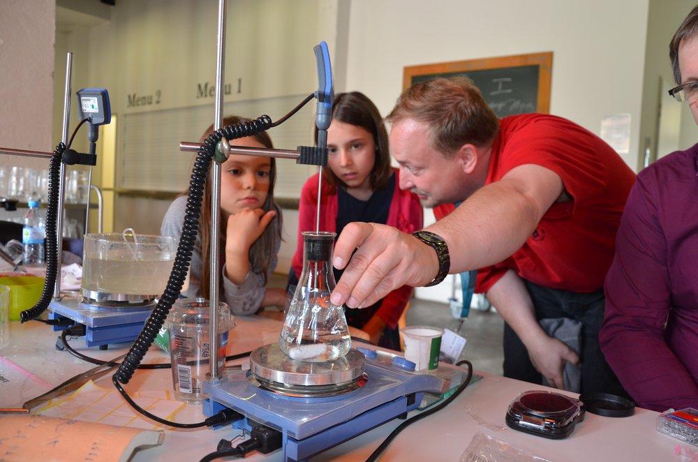 Dr Michael Schroeter vom Institut für Biomaterialforschung des Helmholtz-Zentrums Geesthacht zeigt Besucherinnen des Science Cafés wie Polymere abbauen