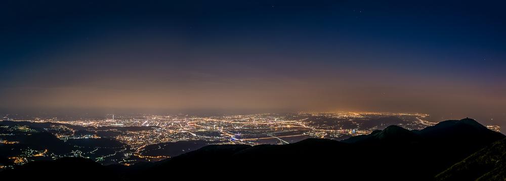大屯山主峰俯瞰台北全景,由三幅不同角度拍攝後合併。台北上空霾害依舊,不過比北京空照灰朦朦一片好多了!